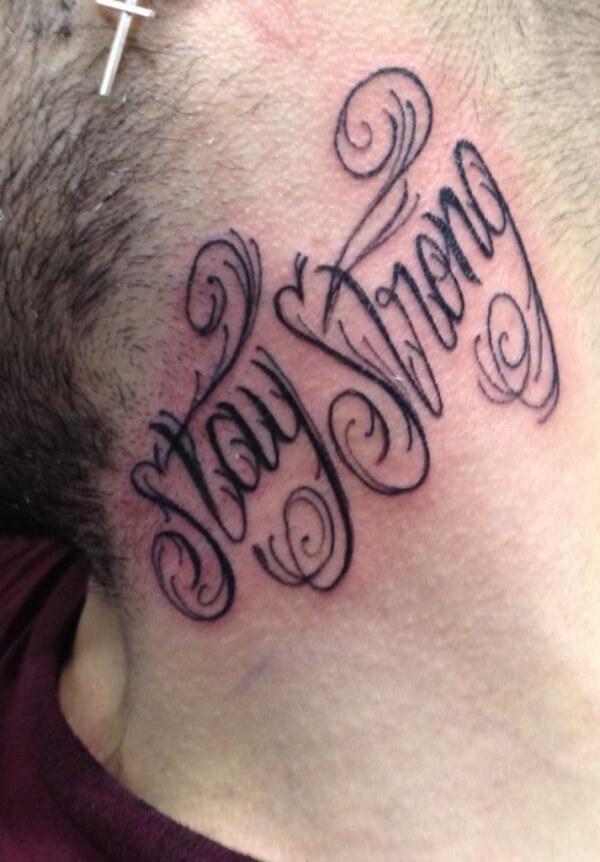 Lettering, Marcelo Entattoo. Tatuaje mediano en cuello con frase motivacional.