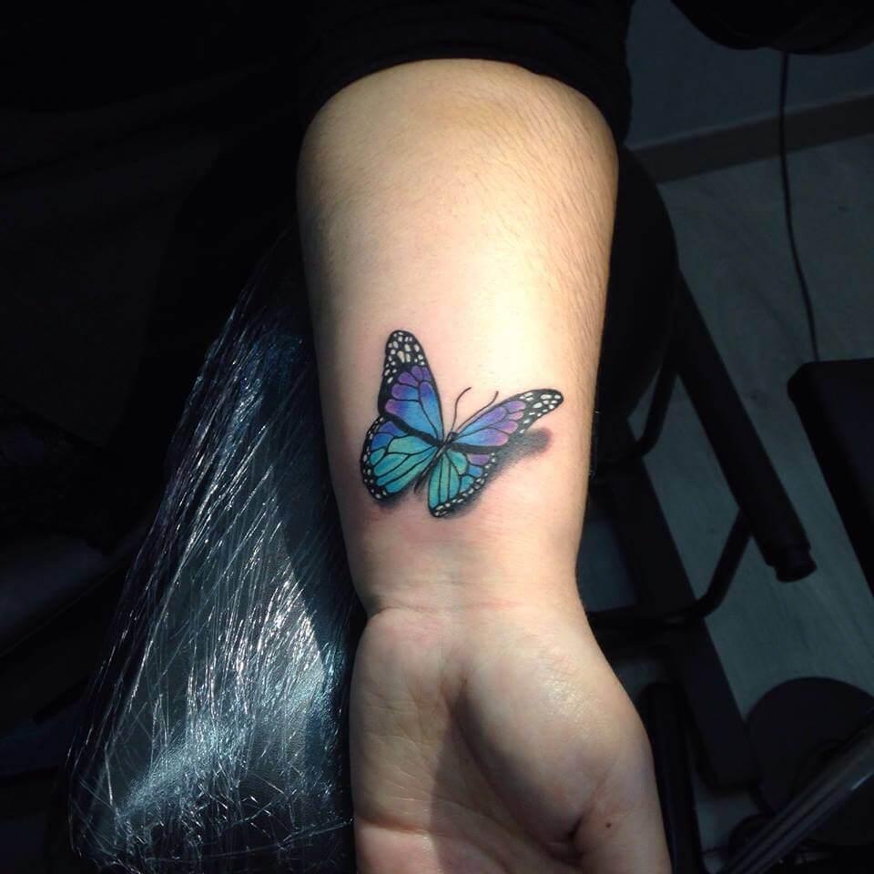 Ilustración, Marcelo Entattoo. Tatuaje pequeño en brazo de mariposa azul.