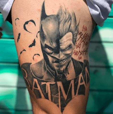 Realismo negro y gris, Héctor Mateos. Tatuaje mediano en pierna de joker y batman.
