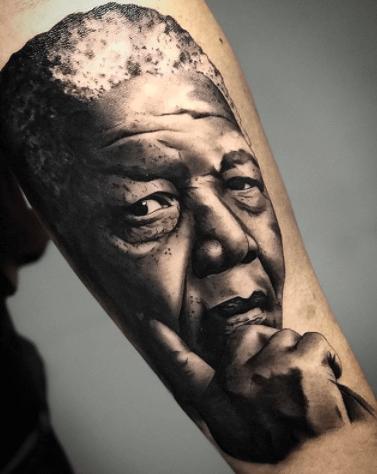 Realismo negro y gris, Héctor Mateos. Tatuaje mediano o grande en pierna de nelson mandela.