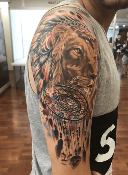 Joel Federico Bieber. Tatuaje grande en brazo de león con motivos indios.