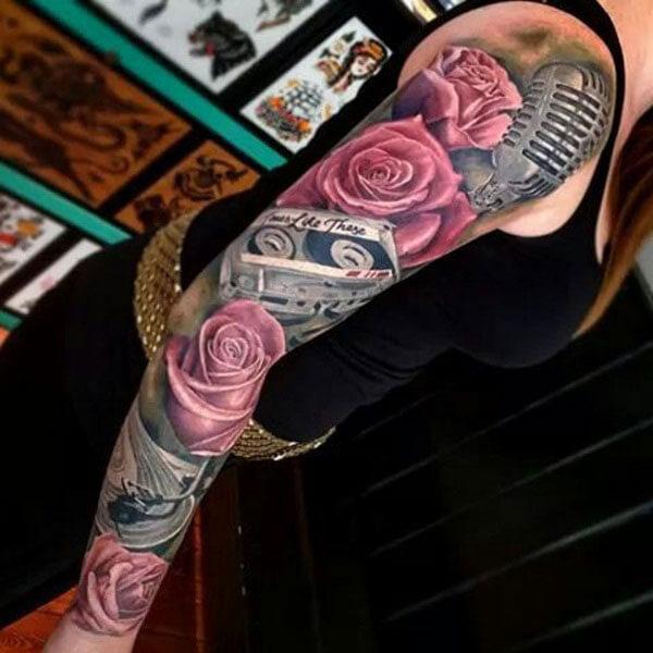 Tatuaje de rosas en brazo y hombro