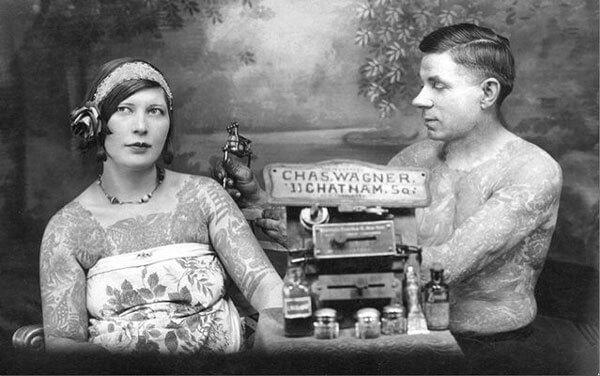 Mujer con rosa se tatúa