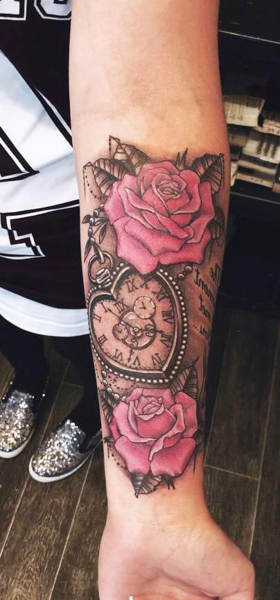 Tatuaje rosas con reloj de corazón