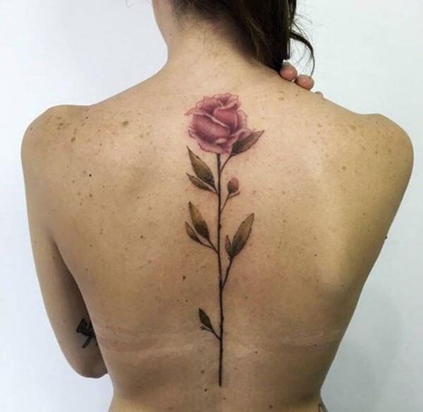 Tatuaje de rosa en la espalda para mujeres