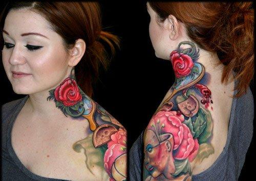 Tatuaje de rosa en cuello