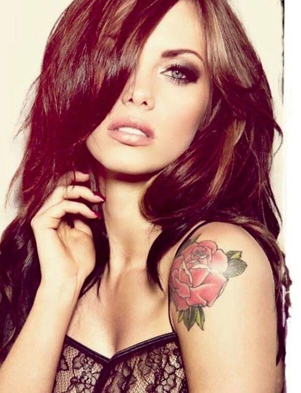 Tatuaje de rosas en hombro