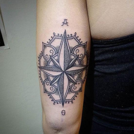 Tatuaje de rosas de los vientos para mujeres