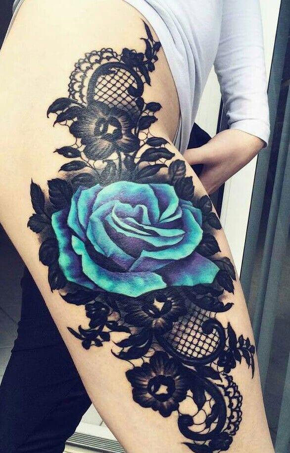 Tatuajes de flores azules en pierna