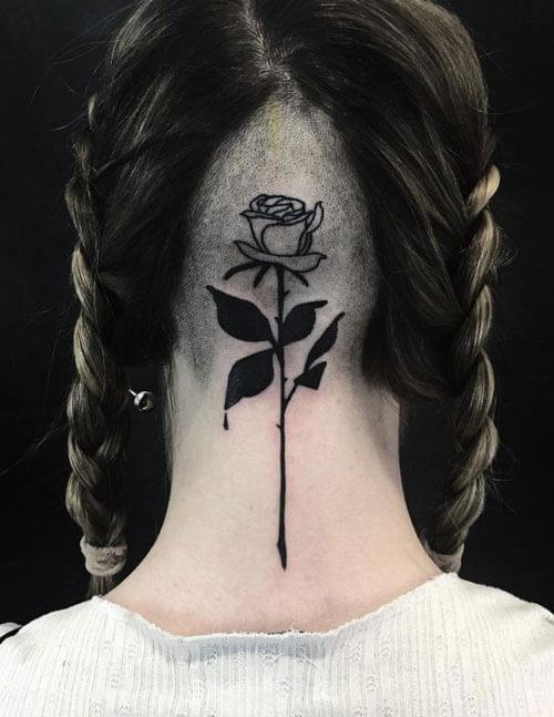 Tatuaje de rosa en cabeza