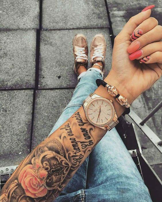 Tatuaje de rosas en brazo