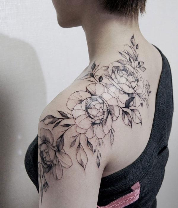 Tatuaje de rosas en hombros