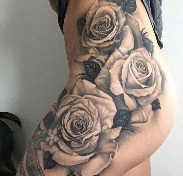 Tatuaje de rosa en cadera y glúteos