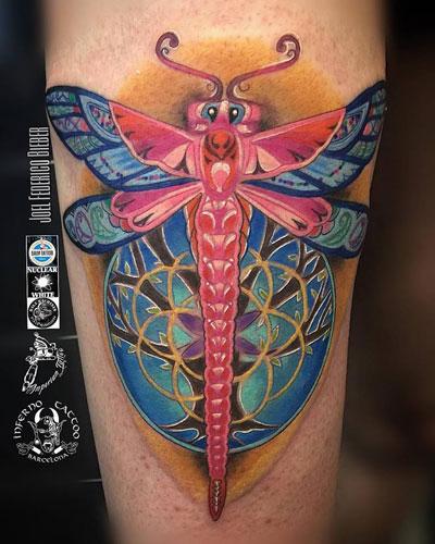 inferno-tattoo-barcelona-ilustracion-joel-federico-bieber-mediano-brazo-libelula