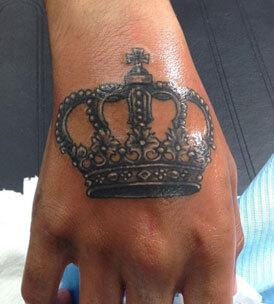 inferno-tattoo-barcelona-ilustracion-marcelo-entattoo-pequeño-mano-corona.jpg