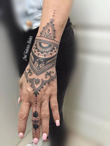 inferno-tattoo-barcelona-mandalas-hindu-joel-federico-bieber-mediano-mano-ornamental