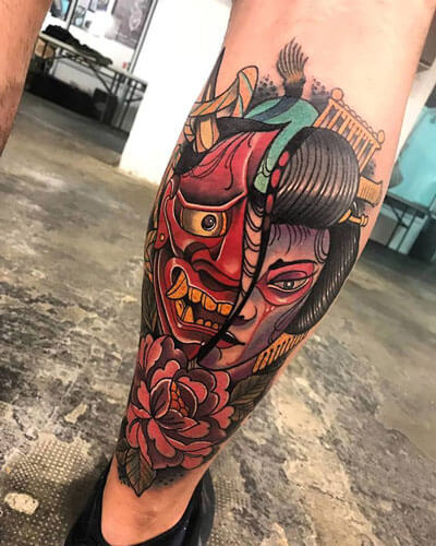 inferno-tattoo-barcelona-neotradicional-raul-leone-grande-pierna-gemelo-mascara-y-gueisha