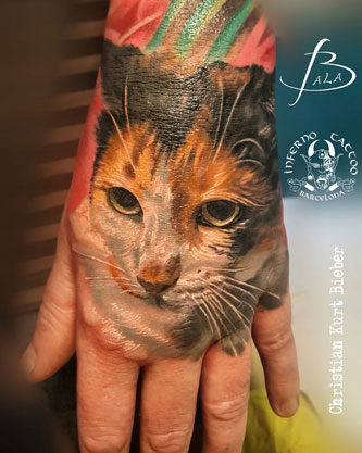 inferno-tattoo-barcelona-realismo-color-christian-kurt-bieber-mediano-mano-retrato-gato