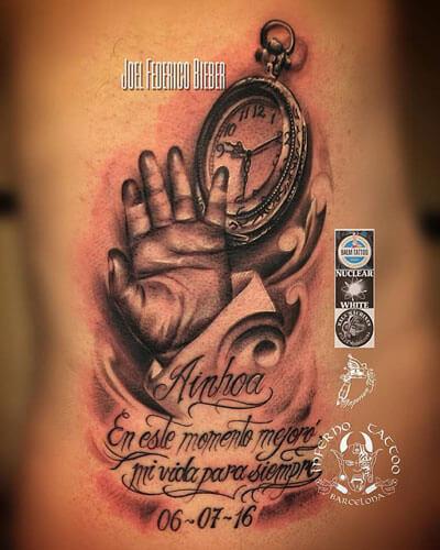 inferno-tattoo-barcelona-realismo-negro-y-gris-joel-federico-bieber-grande-costillas-mano-hijo-y-reloj