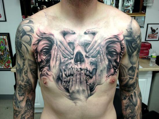 Tatuaje de calavera en el pecho.