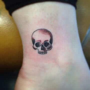 Tatuajes de calaveras en la mano y alrededores