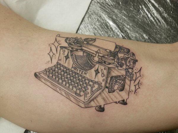 Máquina de escribir clásica tatuada en el brazo de Agus Kong, nuestro escritor preferido ever