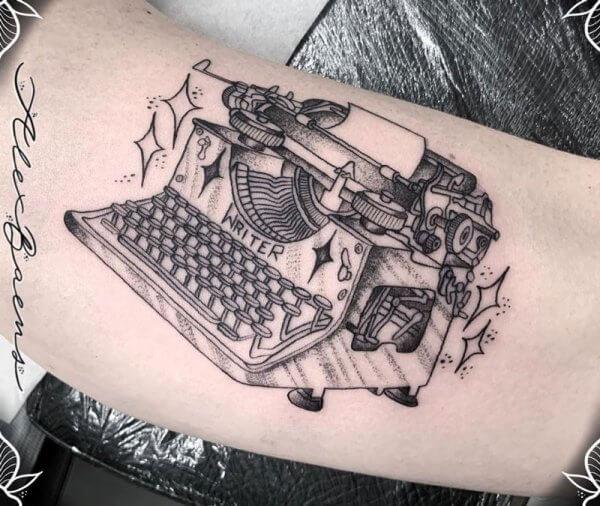 maquina-escribir-escritor-agustin-kong-hola-brazo-biceps-dot-work-blackwork-alex-baens-mediano