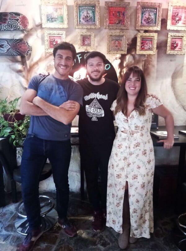Arnau y Olga posan felices con el tatuador antes de ir al concierto de Back Street Boys, Al right!