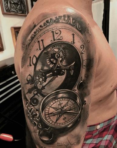 mecanismo-de-reloj-en-tattoo-sombreado-manecillas-brujula
