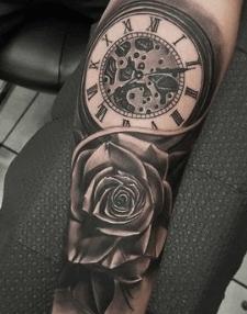 tattoo-reloj-con-rosa-brazo