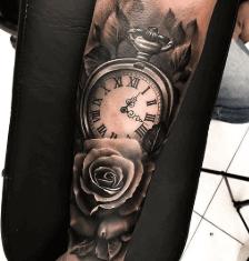 tattoo-rosa-con-reloj