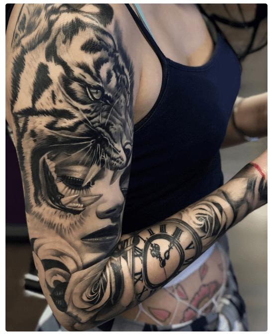 tatuaje-brazo-completo-con-reloj-tigresa-retrato-mujer