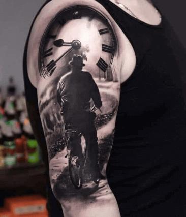 tatuaje-hombre-bicicleta-detalle-reloj