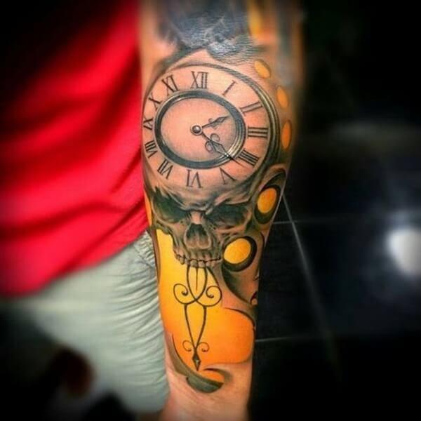 tatuaje-realismo-calavera-reloj-amarillo-color