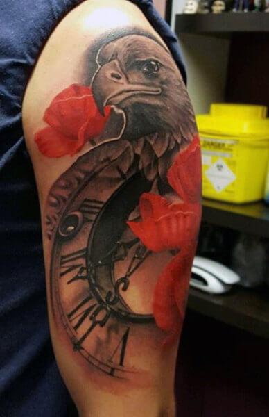 tatuaje-reloj-aguila-flores-rojas