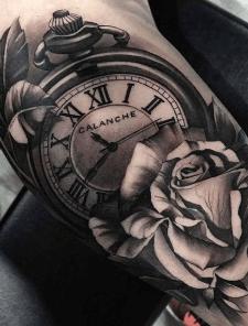 tatuaje-reloj-rosa-detalle-cerca