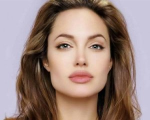 Angelina Jolie tiene el rostro cuadrado