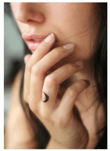 Tatuajes pequeños para mujeres, luna
