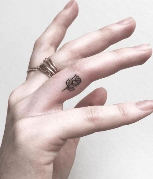 Tatuajes pequeños para mujeres, flores