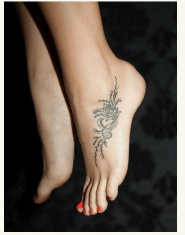 Tatuajes pequeños para mujeres, ornamental