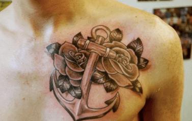 Tatuaje de ancla con rosas