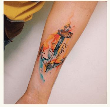 Tatuaje con ancla en estilo acuarela