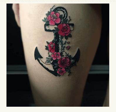 Flores en tonos muy vivos junto a tatuaje de ancla. Pinterest.