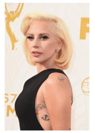 Lady Gaga con tatuaje de ancla